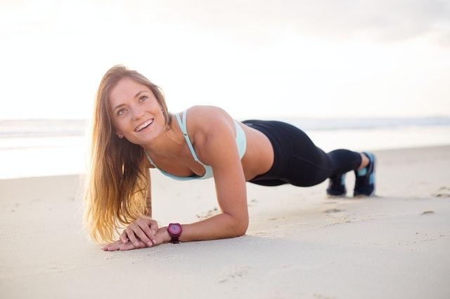 Dieses 20-minütige Barre-Workout fordert Sie zur härtesten Cardio-Plank-Serie Ihres Lebens hervor