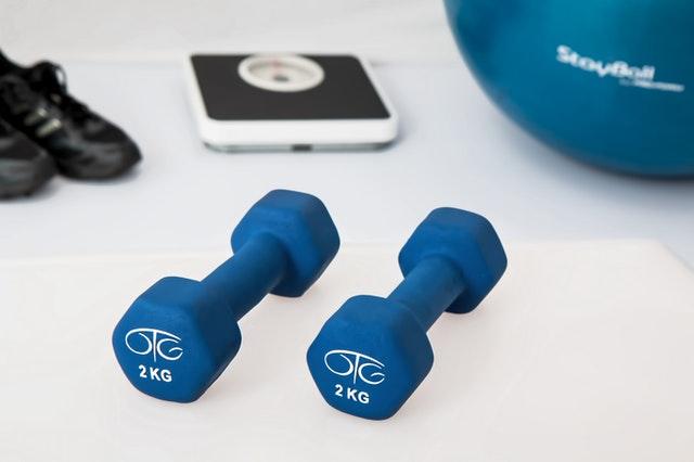 Diese gemeinsame Pilates-Positionsänderung stärkt Ihre Bauchmuskeln noch dazu mobilisiert konkomitierend Ihre umstellen